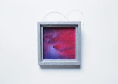 Elena Vijoli, Neuroni innamorati, tecnica mista su seta (con cornice argentata in legno inclusa), 6x6 cm, 2016. Foto Alessia Ballabio