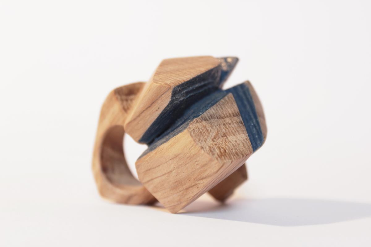 Fabrizio Bonvicini, Contemporary wood jewellery N. 182. Anello, legno di quercia, 2017. Foto Alessia Ballabio